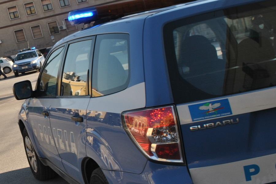 Non si ferma all'ALT della polizia perche' senza patente