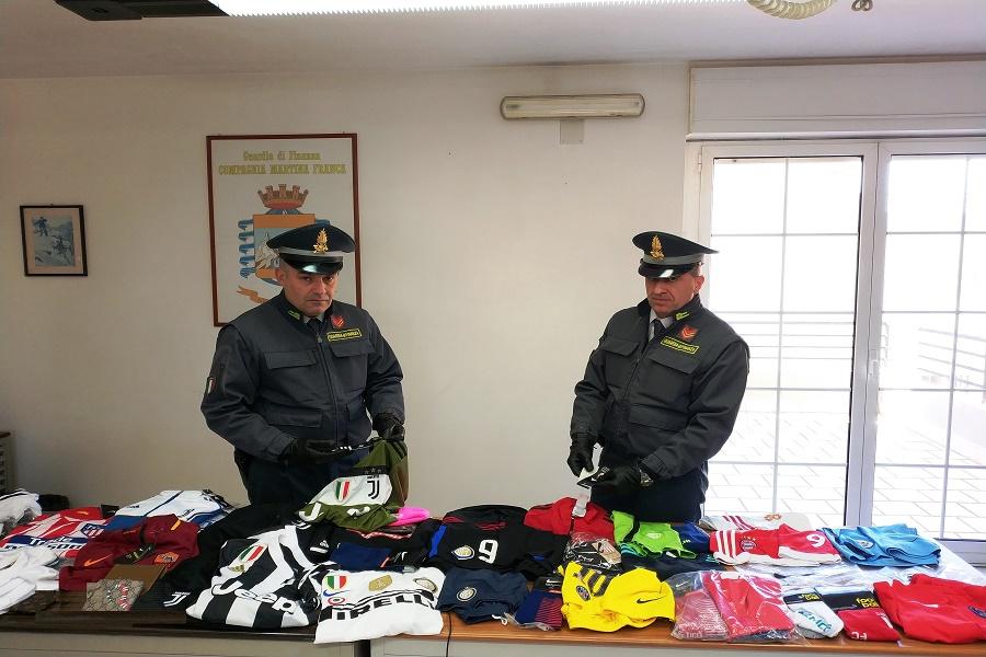 GdF,commercio articoli contraffatti: sequestro e denuncia