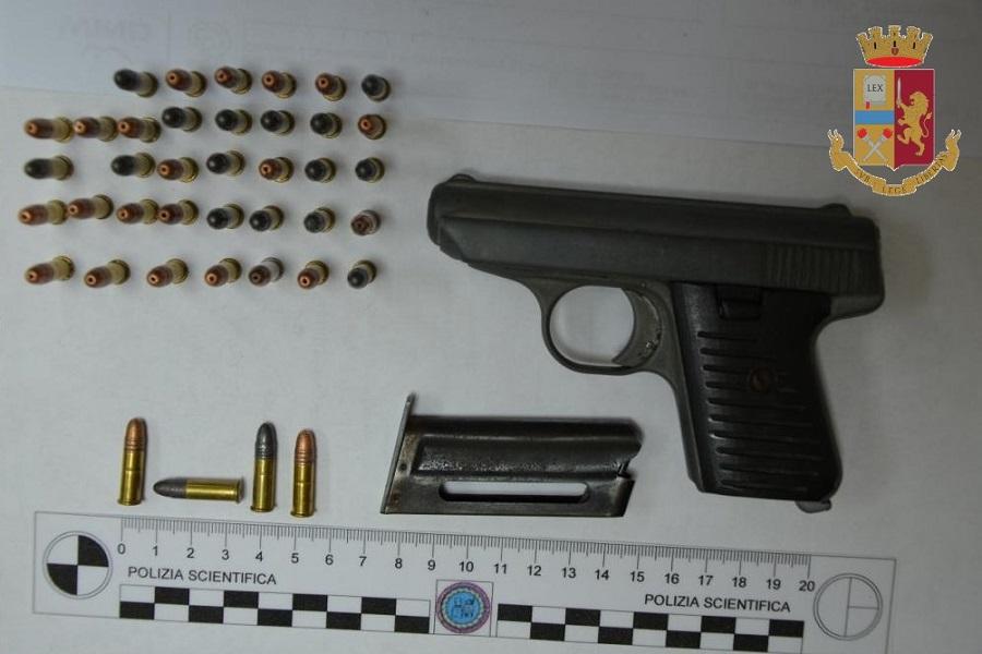 Pistola e munizioni in casa: in manette pregiudicato