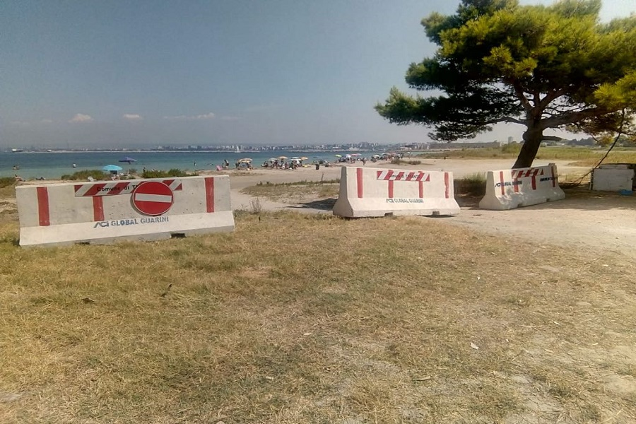 Stop auto sulle spiagge: il Comune colloca le barriere