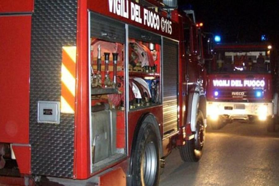Incendio via Diego Peluso, prende fuoco il vano ascensore