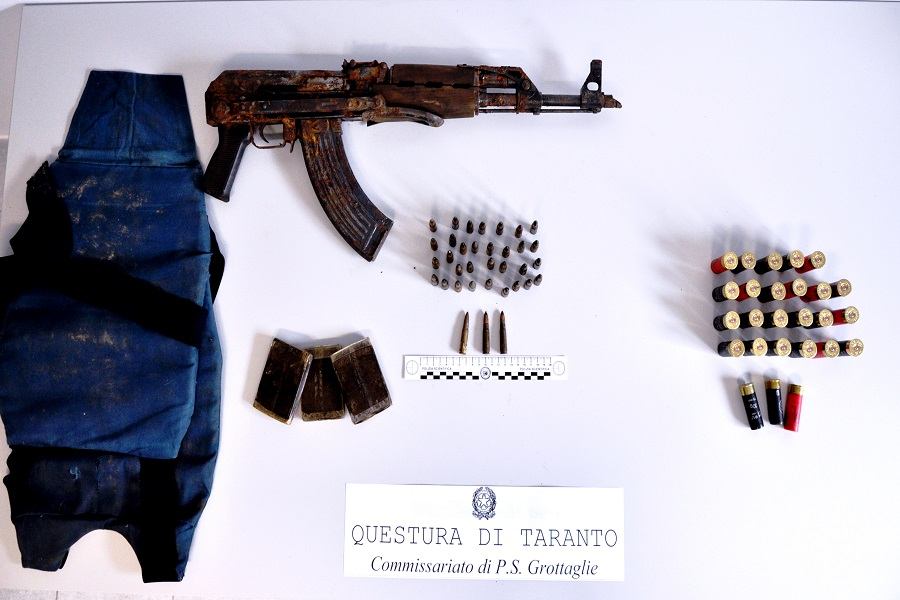 Kalashnikov e hashish: un arresto