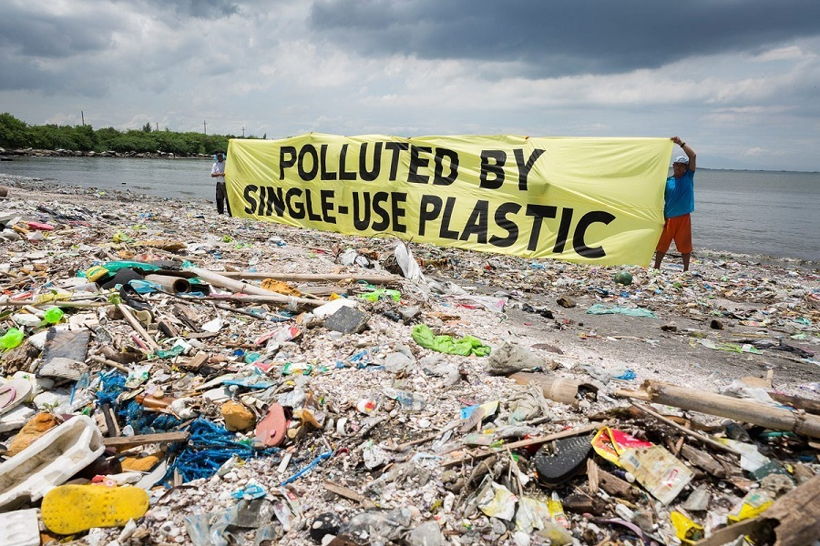 STOP a stoviglie di plastica usa e getta negli edifici comunali e negli esercizi commerciali