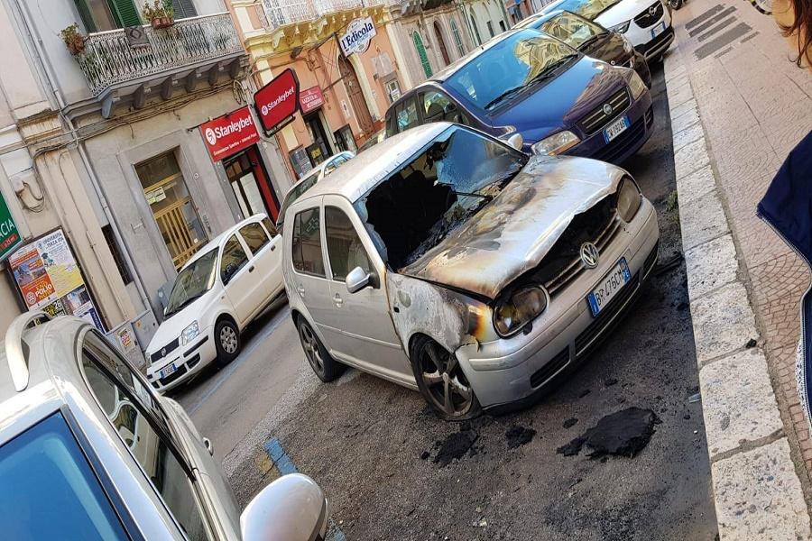 Taranto, un'auto prende fuoco