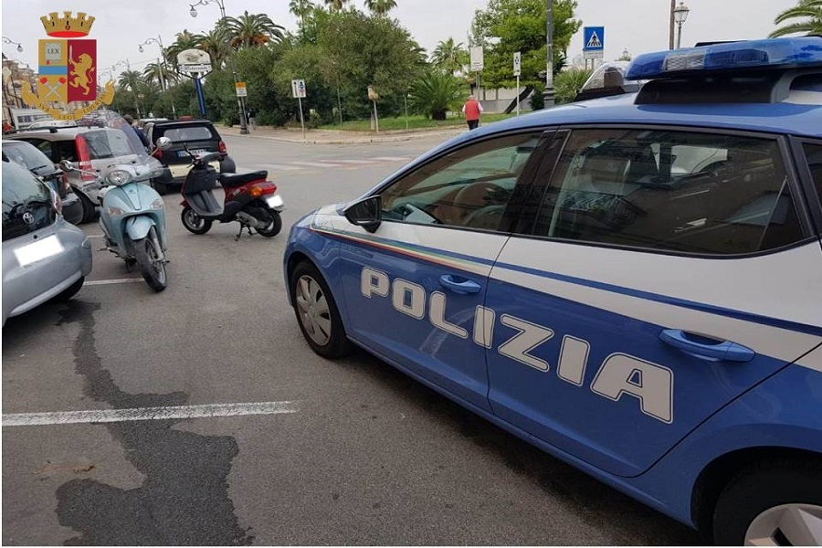 In scooter con la targa di cartone