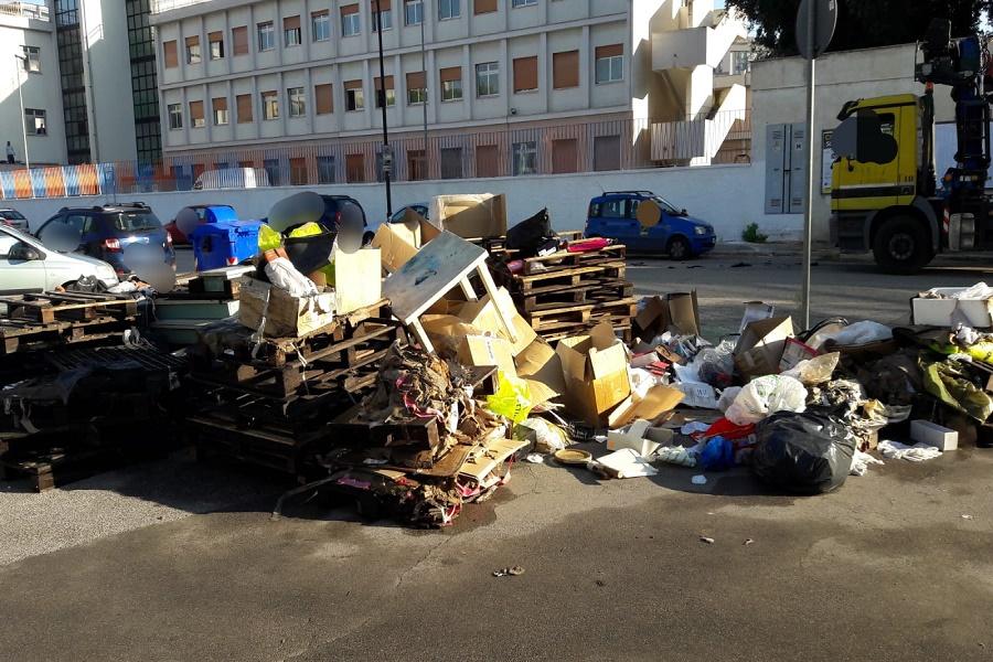 Enorme discarica nei pressi di una scuola: beccati i responsabili
