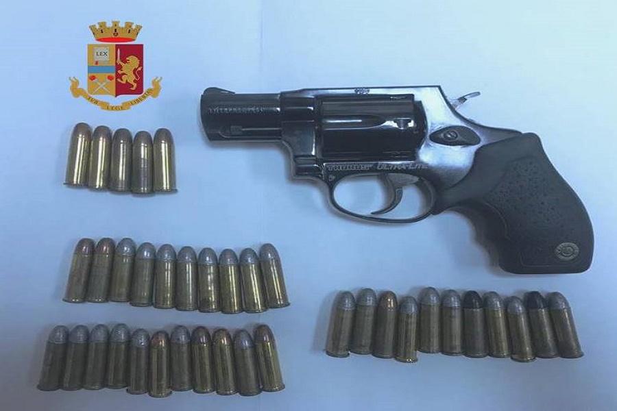 Revolver e proiettili nascosti in camera da letto: arrestato un tarantino