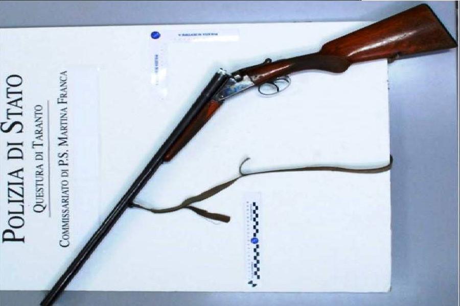 Poliziotti recuperano fucile di un cacciatore