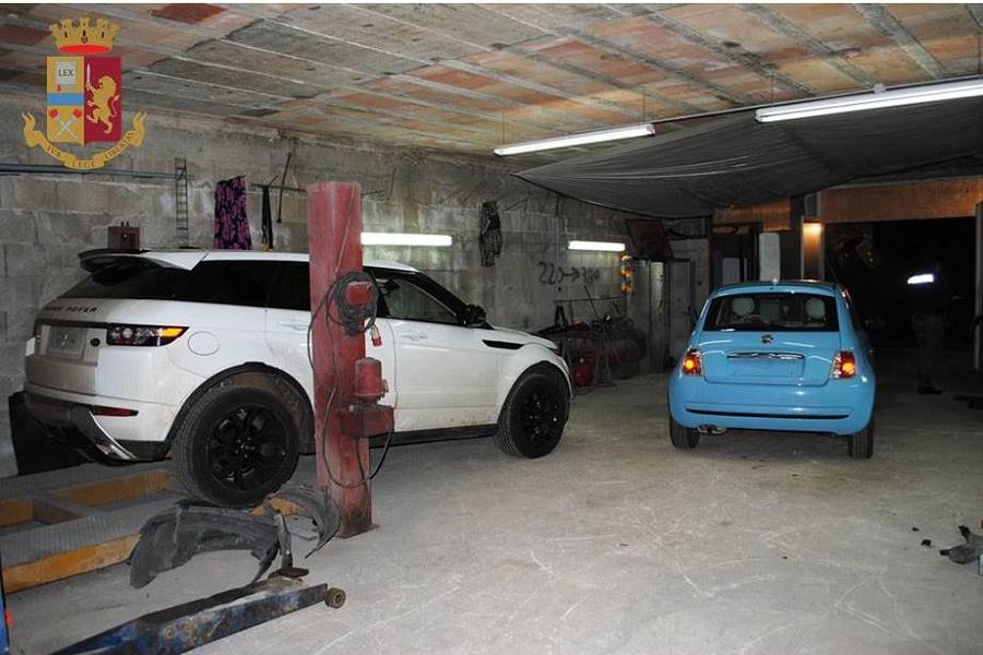 Scoperto locale con auto rubate: nei guai padre e figlio
