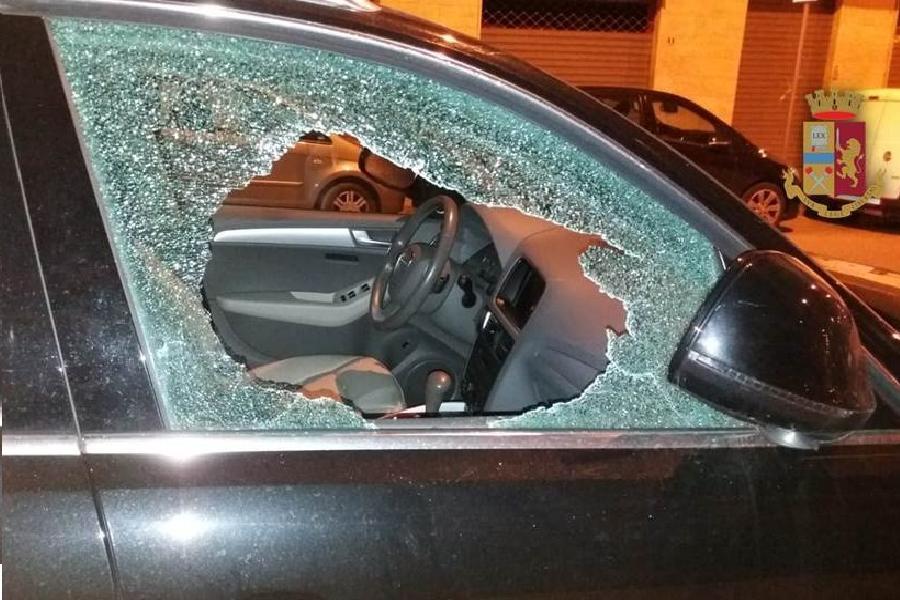 Infrange vetro dell'auto e ruba lo zaino