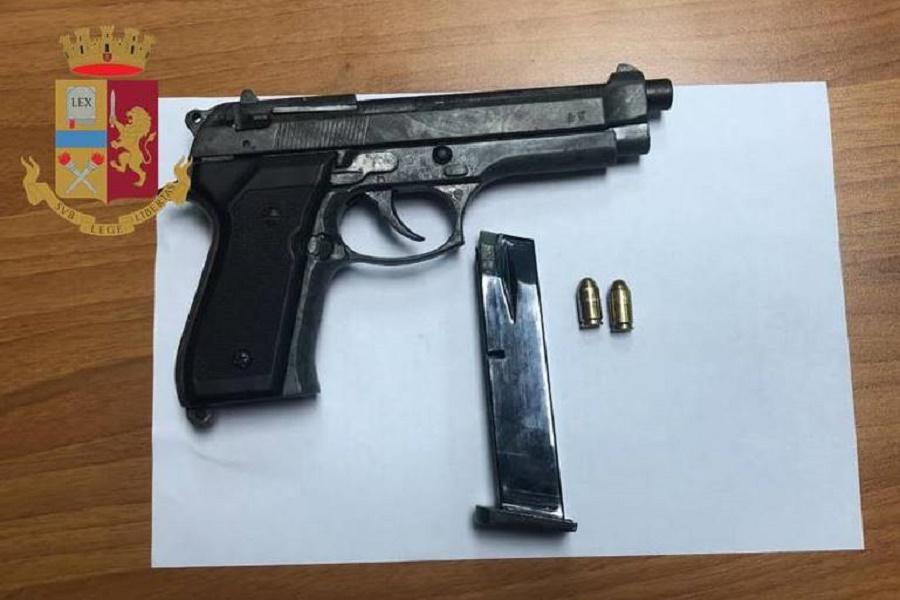 A bordo della sua auto con un caricatore e una pistola: arrestato 26 enne