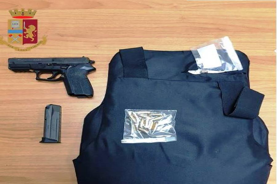 Armato di pistola litiga con i familiari