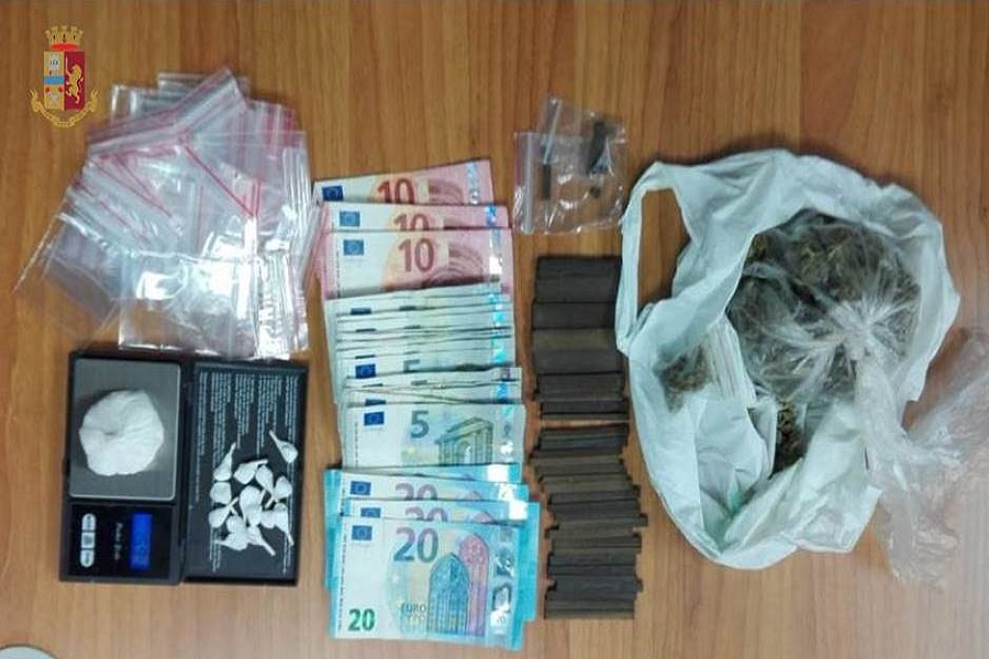 Cocaina, hashish e marijuana in casa: pusher arrestato dalla Polizia di Stato