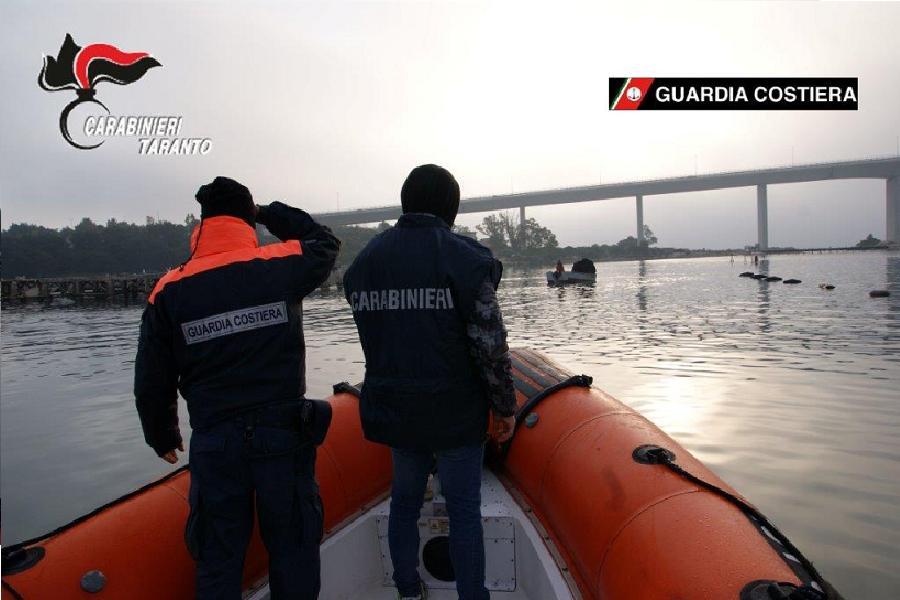 Sorpresi pescatori con mitili del 1° seno del Mar Piccolo