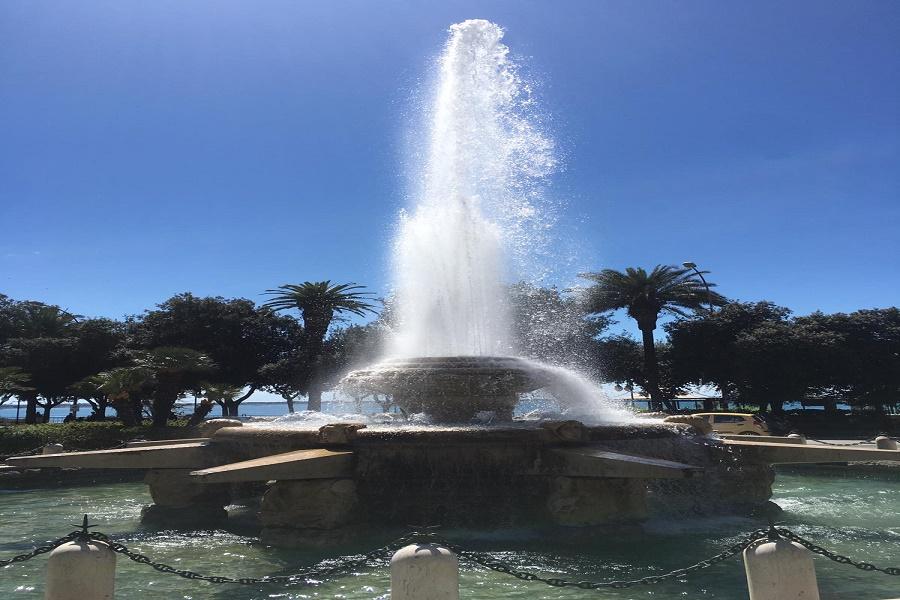 """La fontana """"Rosa dei Venti"""" di piazza Ebalia ha ripreso a zampillare"""