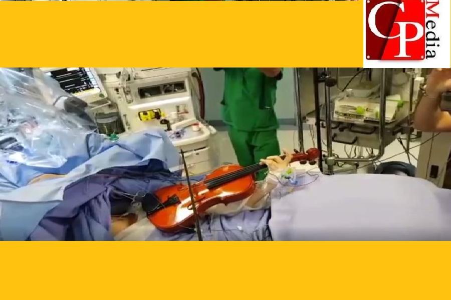 Suona il violino durante l'intervento al cervello