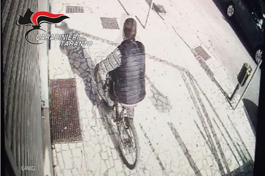Ruba bicicletta e tenta estorsione alla vittima: arrestato 32 enne