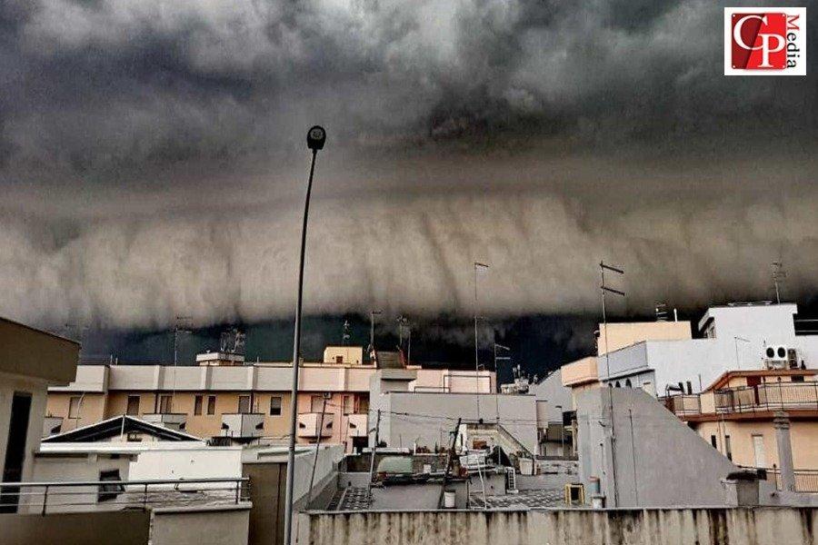 Vento e pioggia si abbattono sulla città