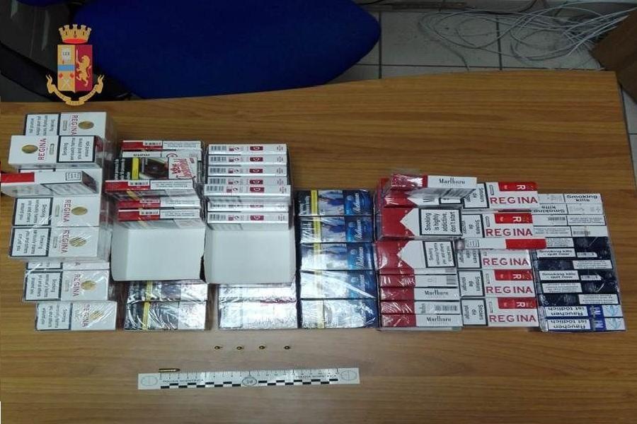 Sigarette di contrabbando nel tavolo del calcio balilla