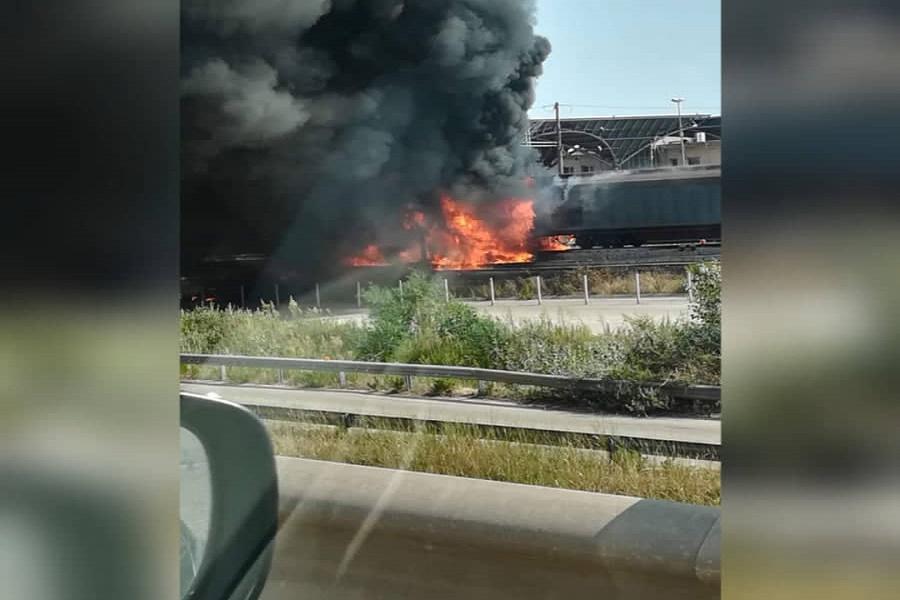 Treno merci prende fuoco