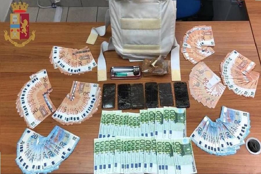 Nascondeva hashish e oltre 13.000 euro falsi