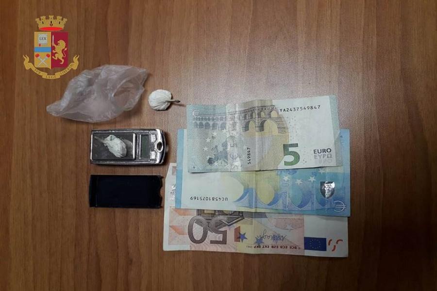 Sorpreso sull'uscio di casa con due grammi di cocaina: denunciato 35 enne