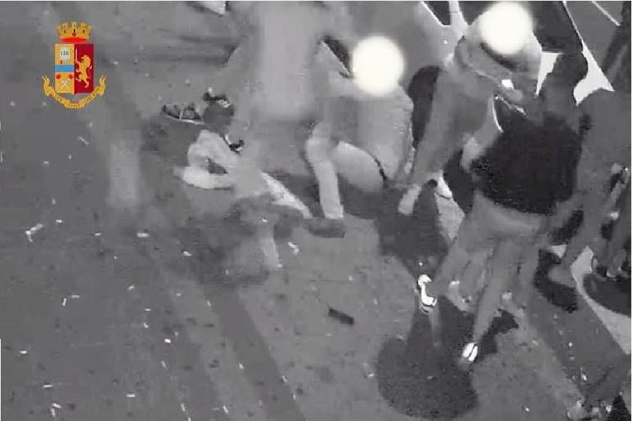 Aggrediti tre ragazzi davanti ad un bar