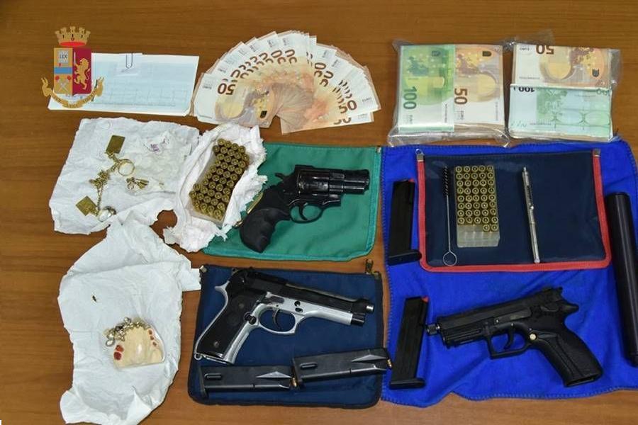 In casa armi, munizioni e 42mila euro in contanti