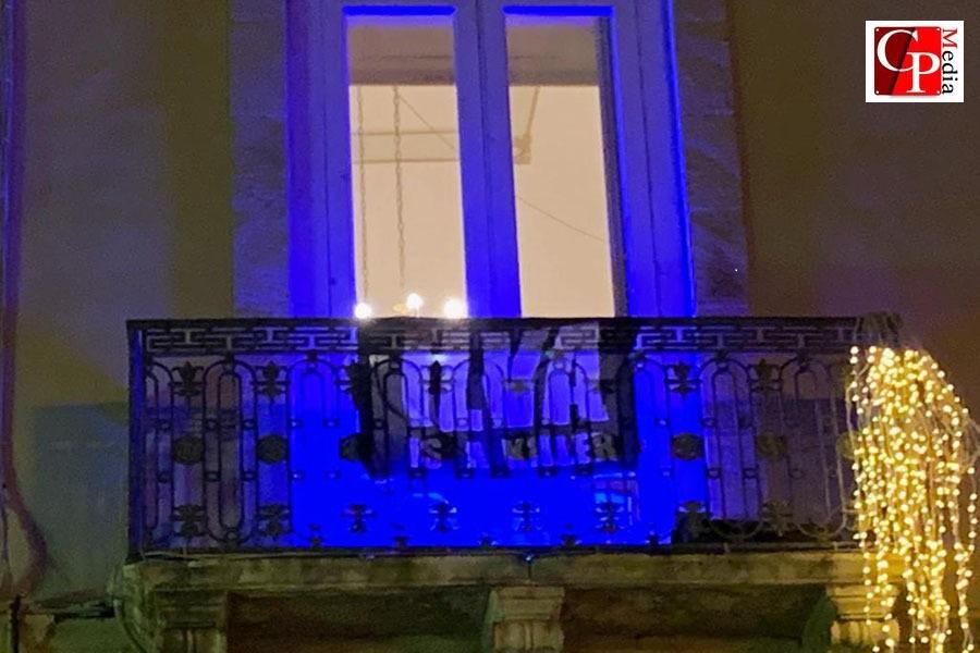 """Bandiera affissa a Palazzo di Città, con su scritto: """"Ilva is a killer"""""""