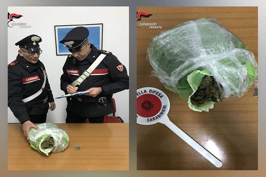 Durante un controllo cercano di liberarsi di un kg di marijuana: tre arresti