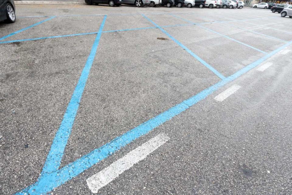 Strisce blu e rimozione notturna delle auto, servizi sospesi