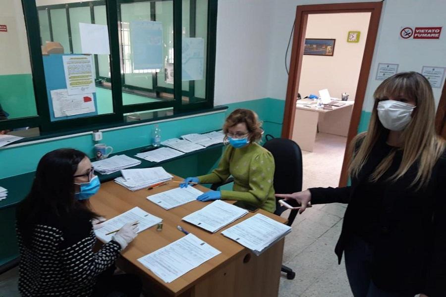 Taranto: domande per i buoni spesa, affluenza regolare agli sportelli