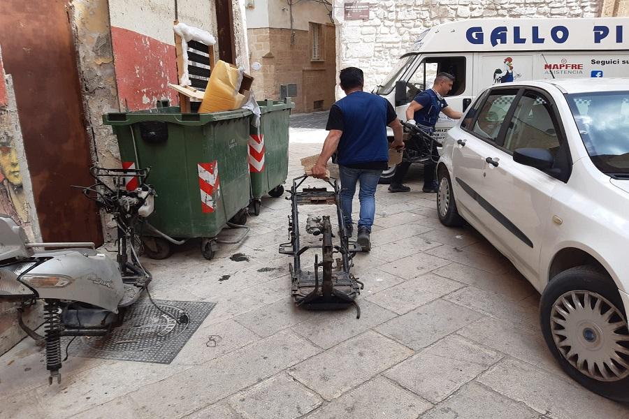 Taranto: controlli della Polizia su auto abbandonate o senza RCA
