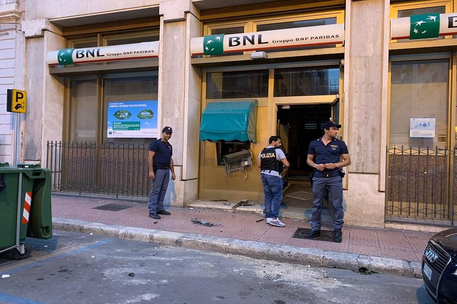 Taranto, nella notte divelto bancomat in via De Cesare (ph Manfuso)