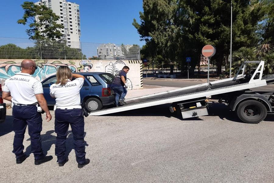 Taranto: la Polizia locale controlla mezzi abbandonati