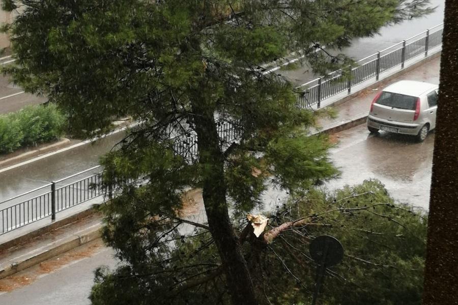 Taranto, pioggia e grandine: molti i danni
