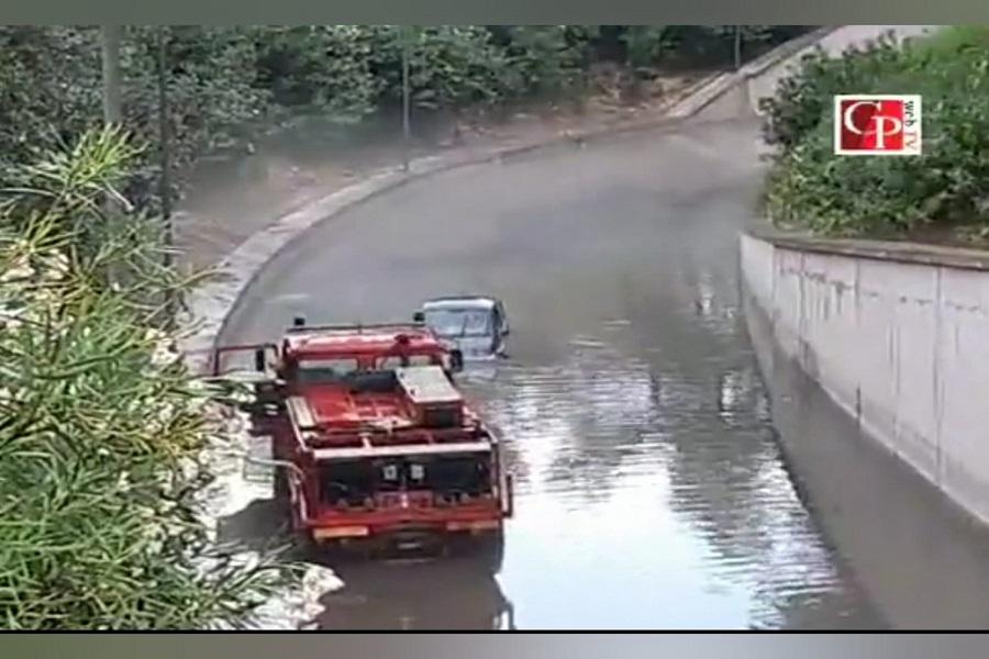 Taranto: auto ferma in sottopassaggio allagato, arrivano i pompieri