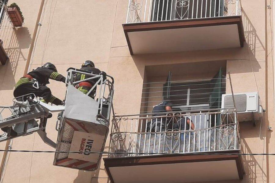 Taranto, 22enne tenta il suicidio: salvato dalla Polizia