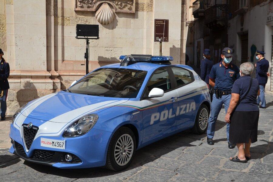 Urla e aggredisce gli agenti nel Duomo: arrestato 48 enne